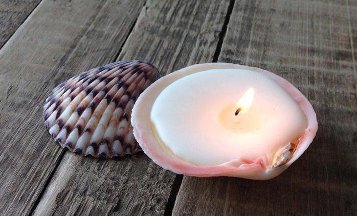 הכנת נרות בבית: נר בצדפה, ולצדו צדפה נוספת