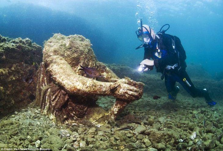 העיר האבודה באיה: צוללן ושרידי פסל