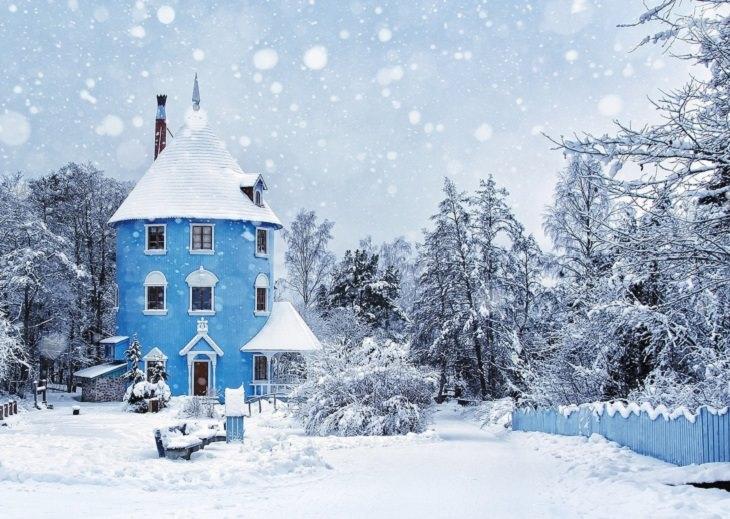 מראות החורף הקסומים: בית וצמרות עצים מושלגות
