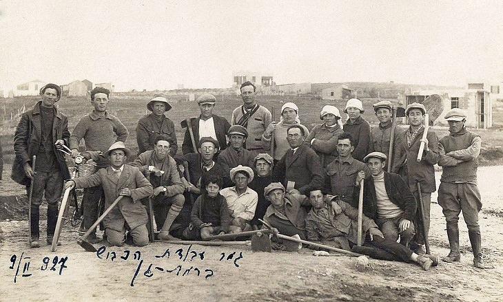 תמונות היסטוריות של ישראל: תמונה קבוצתית של סוללי כבישים ברמת גן, 1927