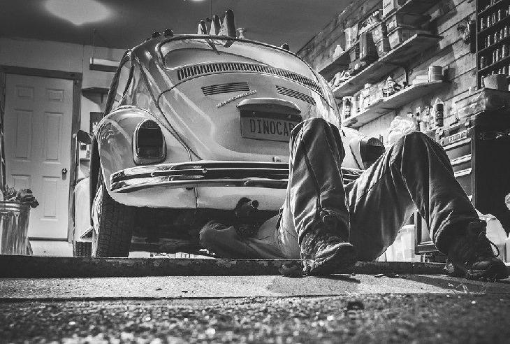 חלקים ומערכות ברכב: אדם עוסק בתיקון רכב