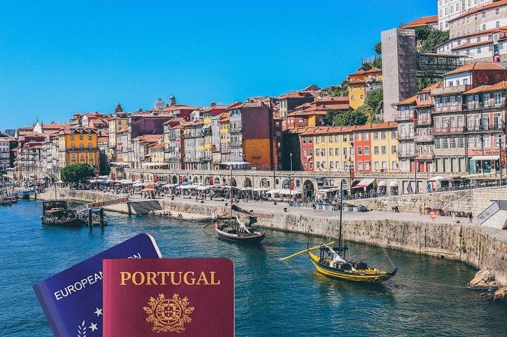 טיפים לקבלת דרכון פורטוגלי: דרכון פורטוגולי ואירופאי על רקע נופי פורטוגל