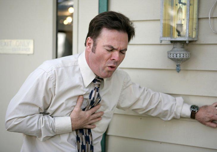 חסמת הריאה: אדם חווה שיעול ולחצים בחזה
