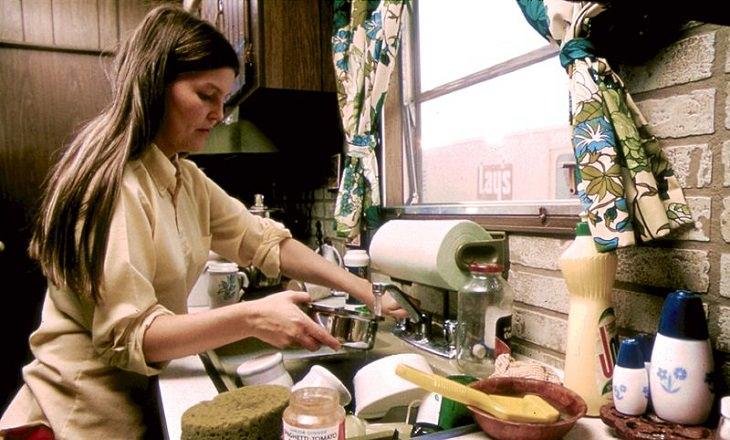 זמן פנוי של הורים: אישה שוטפת כלים