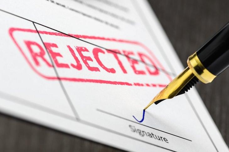 טיפים לקבלת דרכון פורטוגלי: עט חותמת על מסמך שעליו נטבעה כתובה Rejected