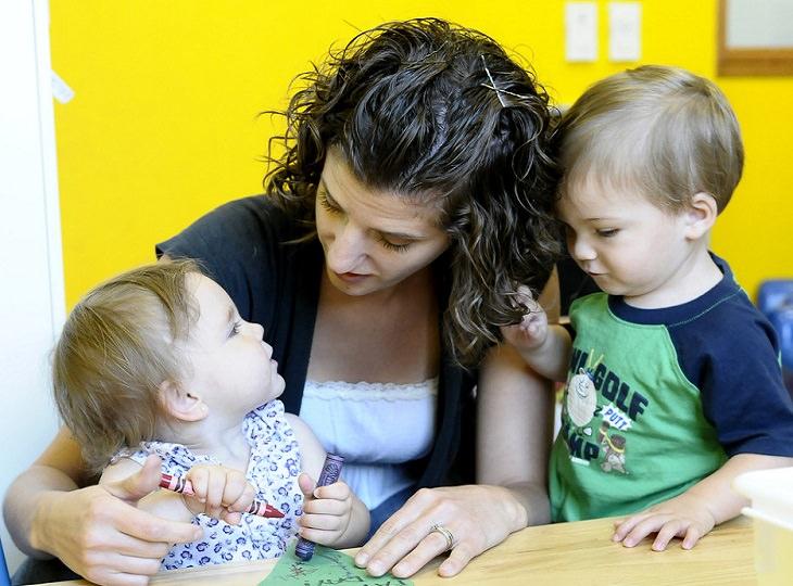 זמן פנוי של הורים: אישה ושני ילדים קטנים