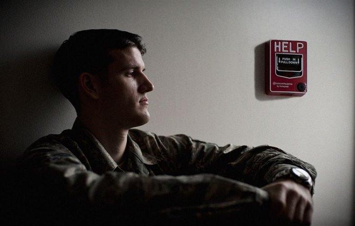 איך להפסיק חבלה עצמית: גבר צעיר מדוכא