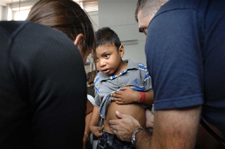 זיוף מחלות על ידי ילדים: רופא אוחז בבטן של ילד