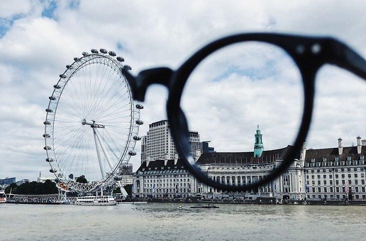 אשליות אופטיות ללא עריכה: משקפיים שנראה כאילו עדשתם השמאלית היא גלגל ענק