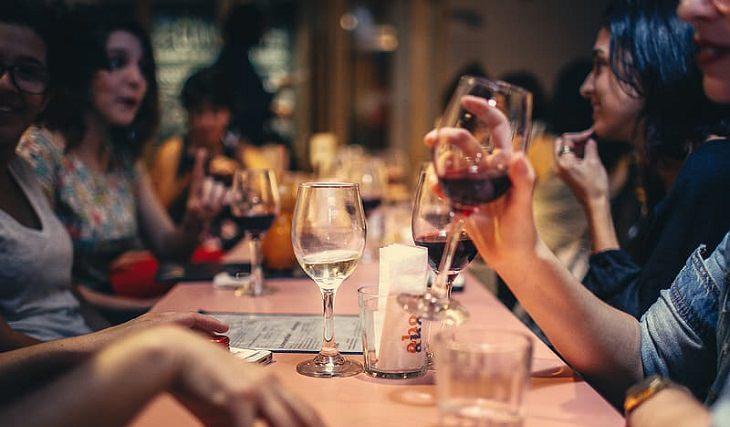 סרטן המעי בקרב דור ה-Y: אנשים צעירים במסעדה