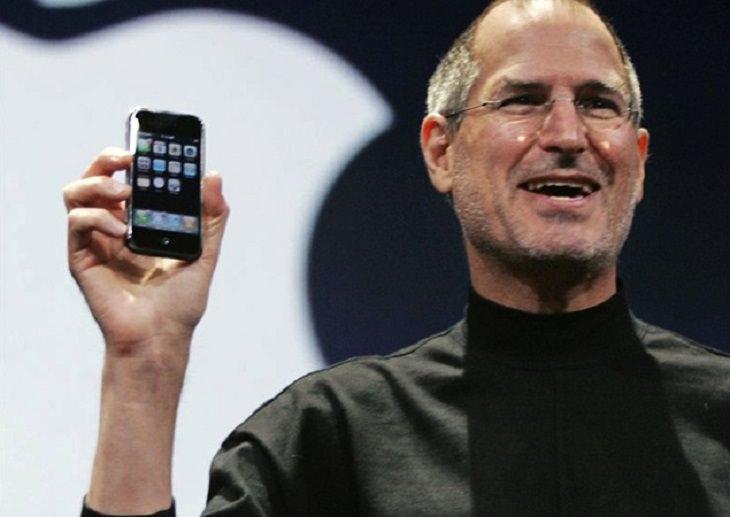שיעורים מסטיב ג'ובס: סטיב ג'ובס מציג את האייפון