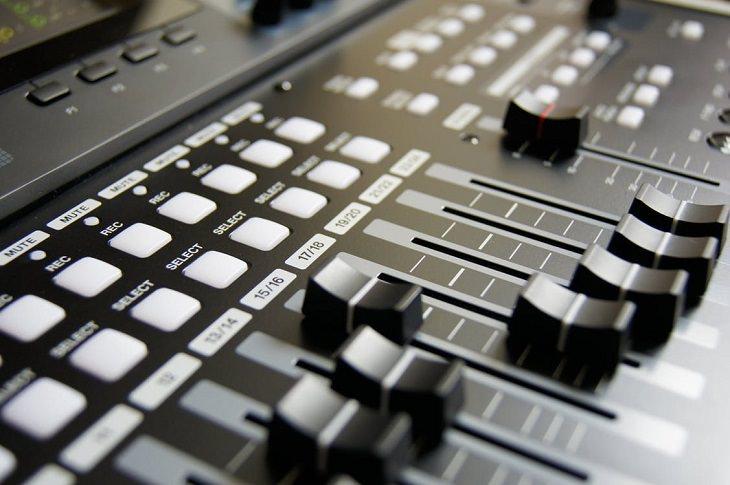 אוזניות: ציוד של תפעול סאונד באולפן