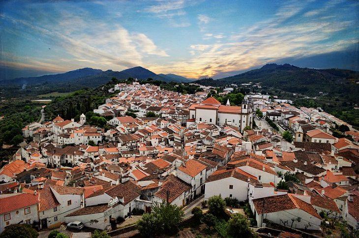עיירות וכפרים בפורטוגל: מבט-על על העיירה קסטלו דה וידה על רקע השקיעה