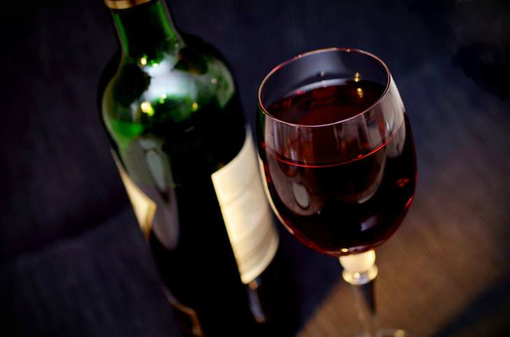 איך להפחית טריגליצרידים: כוס ובקבוק יין