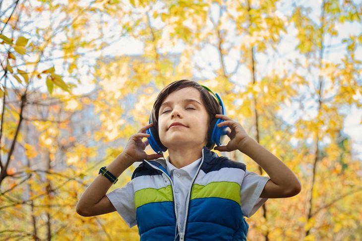 אוזניות: ילד מאזין למוזיקה דרך אוזניות