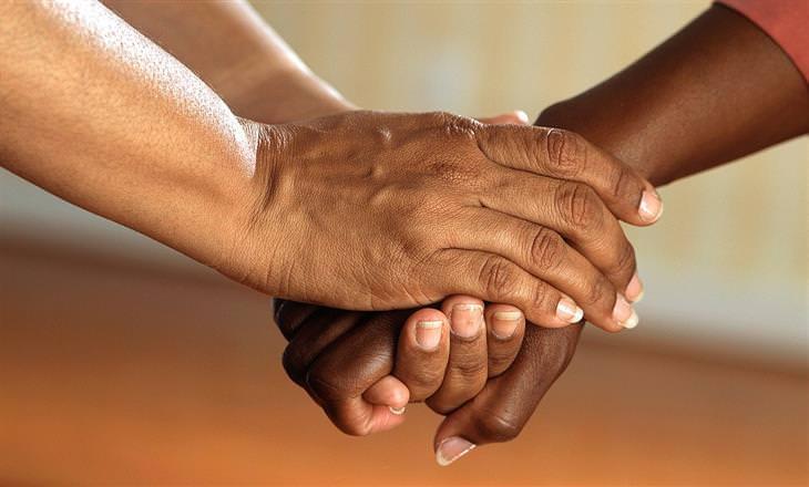 איך לדבר עם בן אדם בדיכאון: נשים מחזיקות ידיים