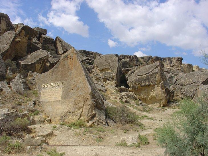 אטרקציות באזרבייג'ן: הכניסה לשמורת גובוסטאן