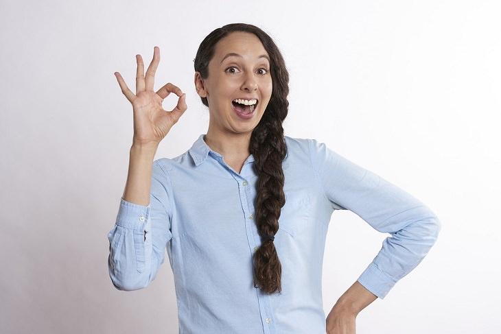 התנהגויות לא מקובלות: נערה מסמנת OK באמצעות היד