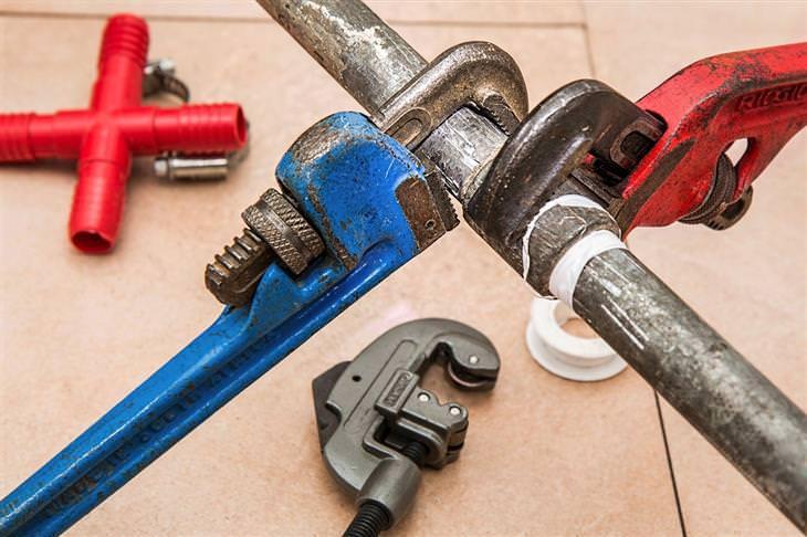 איך לפתוח סתימה בכיור: מפתחות שוודיים על צינור