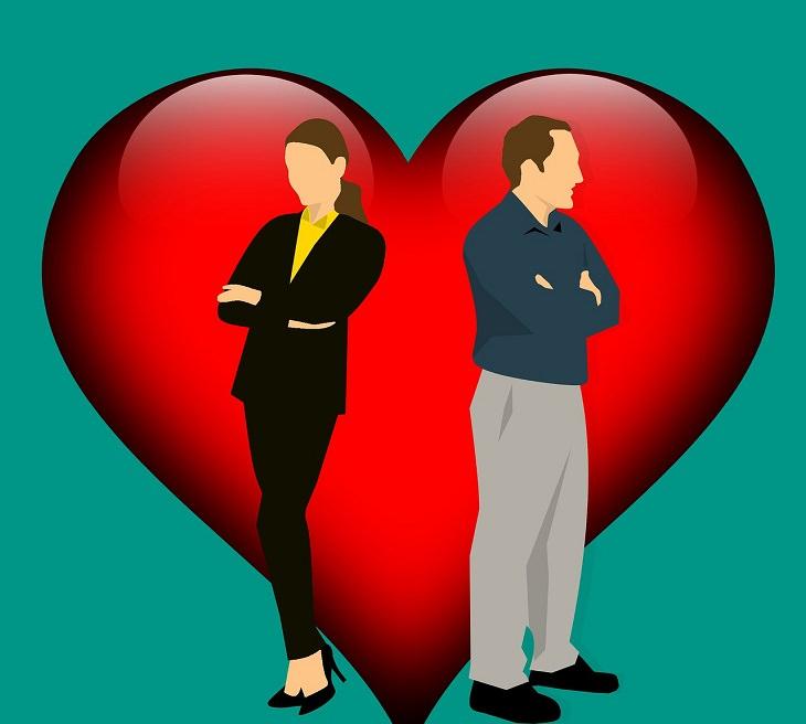 מיתוסים על חיי הנישואים: איור של זוג מפנה גב זה אל זו על רקע לב