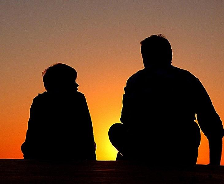 טעויות שהורים עושים: אב ובנו צופים אל השקיעה