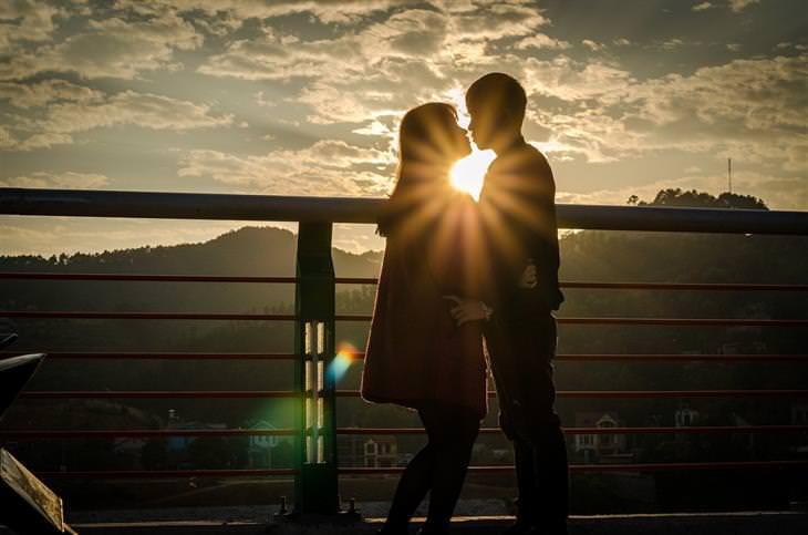 כללים לזוגיות חזקה: צלליות של גבר ואישה מתנשקים