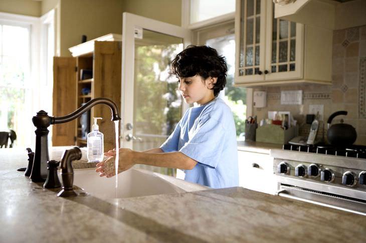 איך ללמד ילדים לשמור על היגיינה: ילד שוטף ידיים בכיור