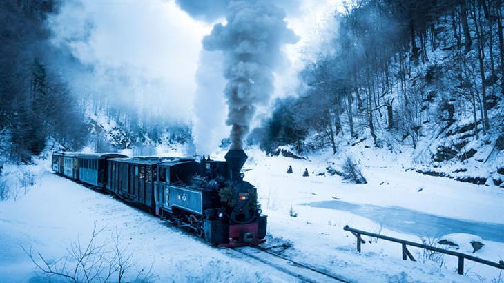 רומניה בשלג: רכב נוסעת בשלג