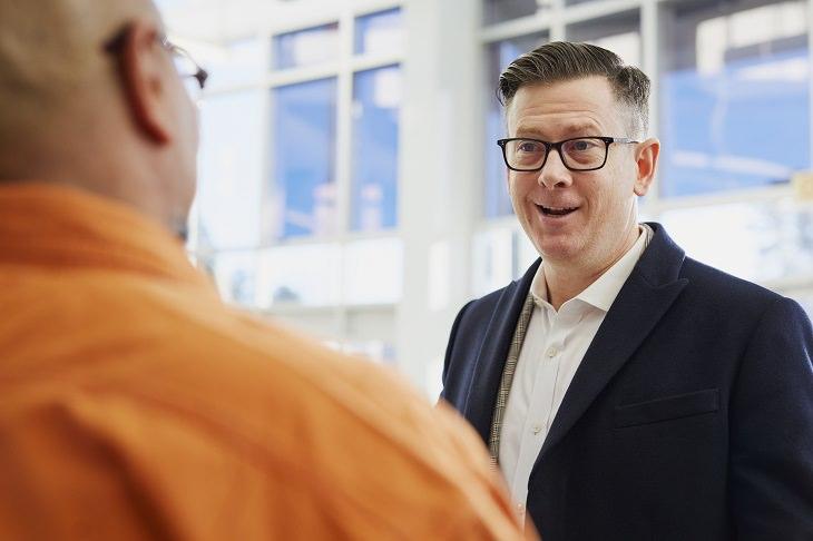 בדיחה על רופא ועורך דין במסיבה: שני גברים משוחחים