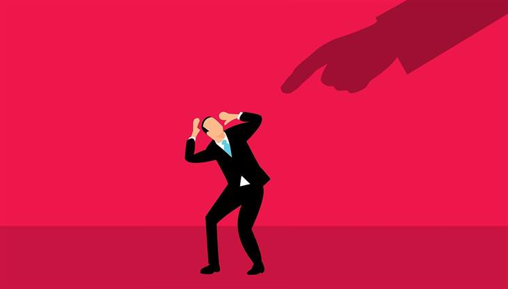 מיתוסים על לחץ: איור של איש נרתע מצל של יד גדולה מעליו