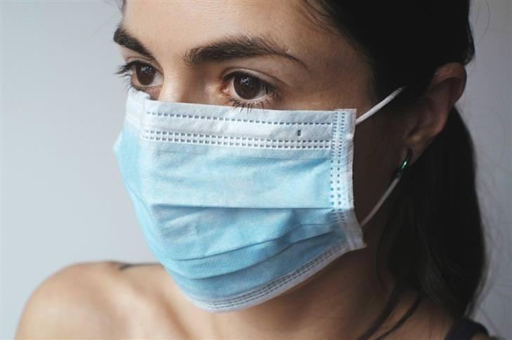 תסמינים של קורונה: אישה עם מסכה כירורגית