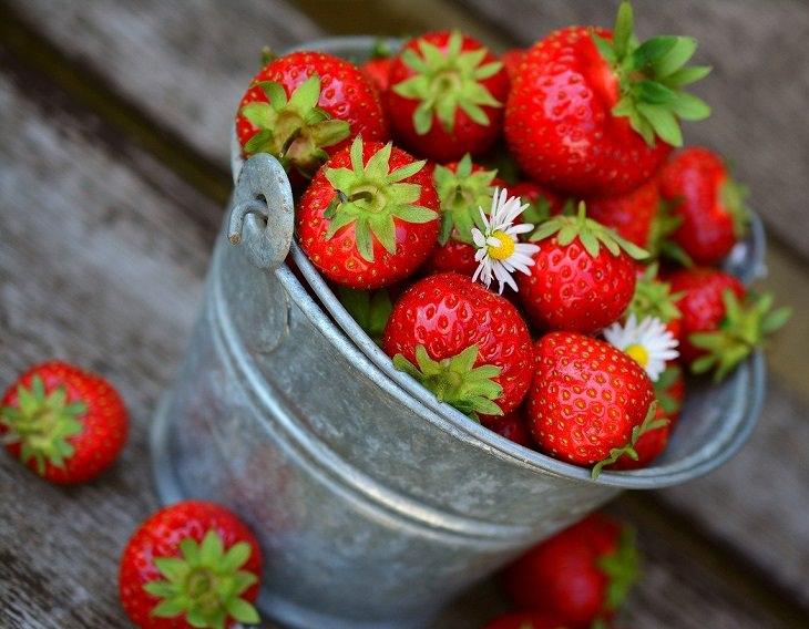 מאכלים ומשקאות מכתימים: דלי תותים