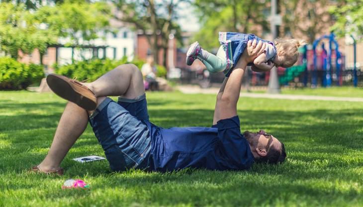 דברים שילדים צריכים ואוהבים: אבא מרים ילדה לאוויר בפארק