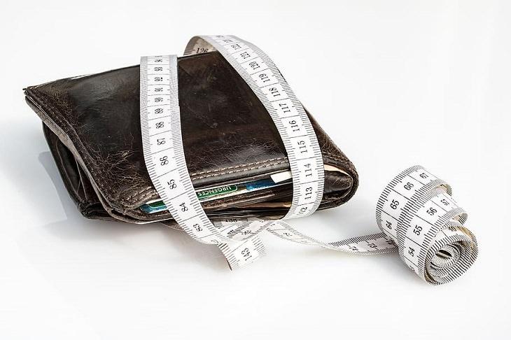 טיפים לשמירה על התקציב הביתי: ארנק עטוף בסרט מדידה