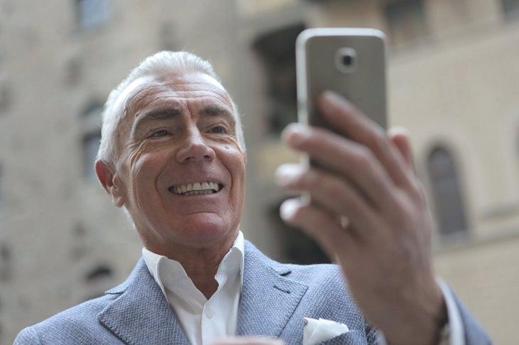 תוכנת זום: איש עושה שיחת וידאו בטלפון