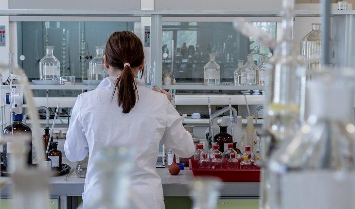פיתוח ישראלי לאבחון קורונה בקנה מידה רחב: אישה במעבדה