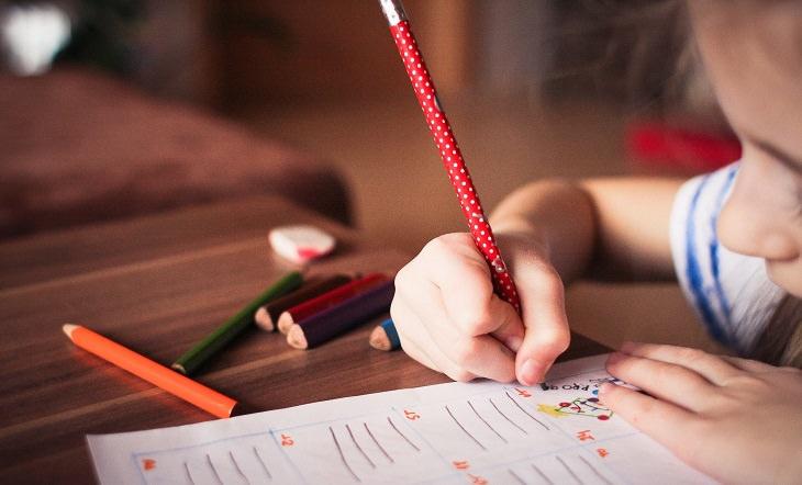 דפי עבודה ללימוד עברית ואנגלית לילדים קטנים: ילדה מציירת על דף
