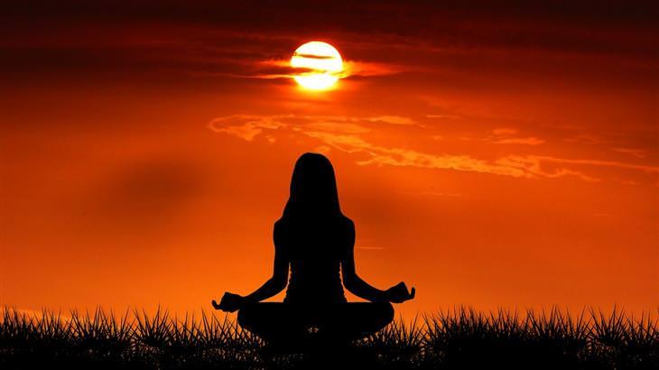 איך להירגע בתקופת הקורונה: צללית של אישה עושה מדיטציה