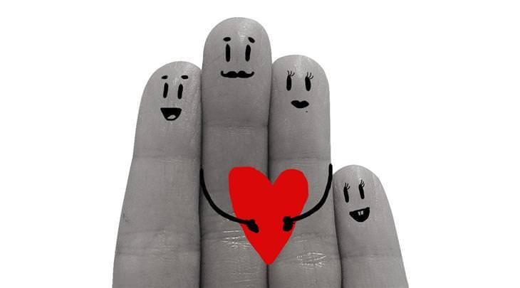 איך להירגע בתקופת הקורונה: משפחה מצוירת על אצבעות