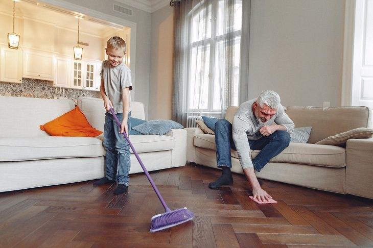 טיפים למניעת דיכאון בבידוד: אב ובנו מנקים רצפה
