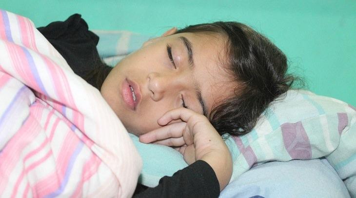 טיפים שעוזרים להעיר ילדים קטנים: ילדה ישנה