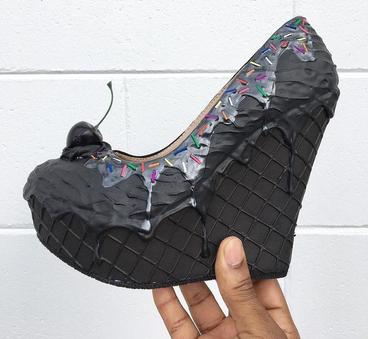 עוגות נעלי עקב: נעל עקב בצורת עוגה שחורה עם דובדבן וסוכריות