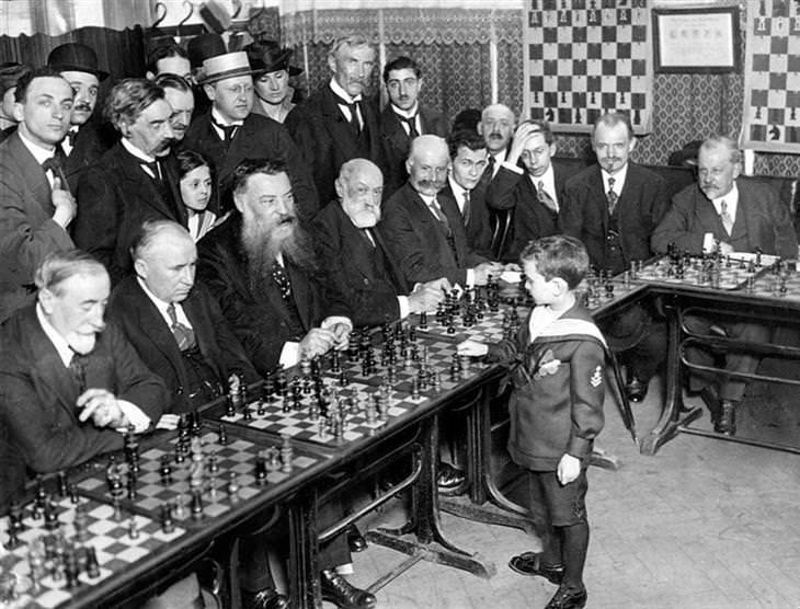 תמונות היסטוריות: רב האומן שמואל רשבסקי משחק שח מט נגד מספר יריבים ומנצח את כולם, בתמונה הזו הוא רק בן 8. שנת 1920.