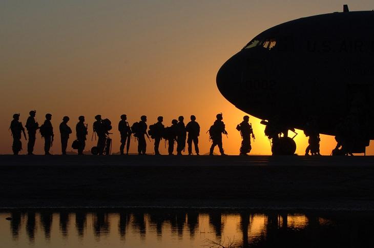 יום הזיכרון: חיילים עולים למטוס