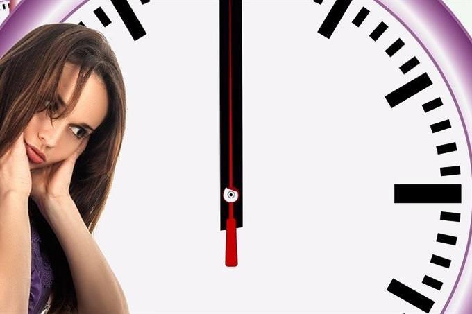 מה לעשות אחרי הסגר: אישה חושבת על רקע שעון