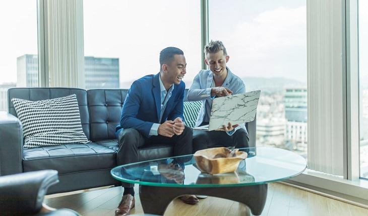 מושגי מעולם ביטוח הרכב: שני גברים במשרד