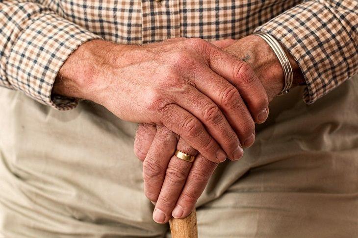 פעילות בגיל השלישי: ידיים של אדם מבוגר