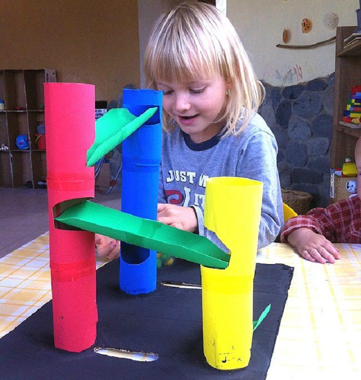 פעילויות יצירה: ילד משחק במגדלים
