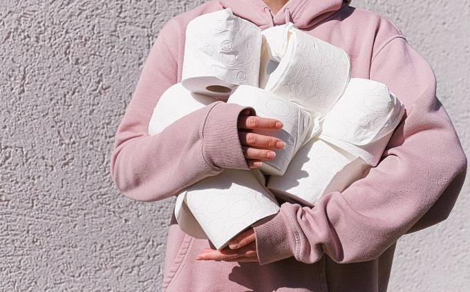טריוויית ידע כללי: בחורה מחזיקה גלילי נייר