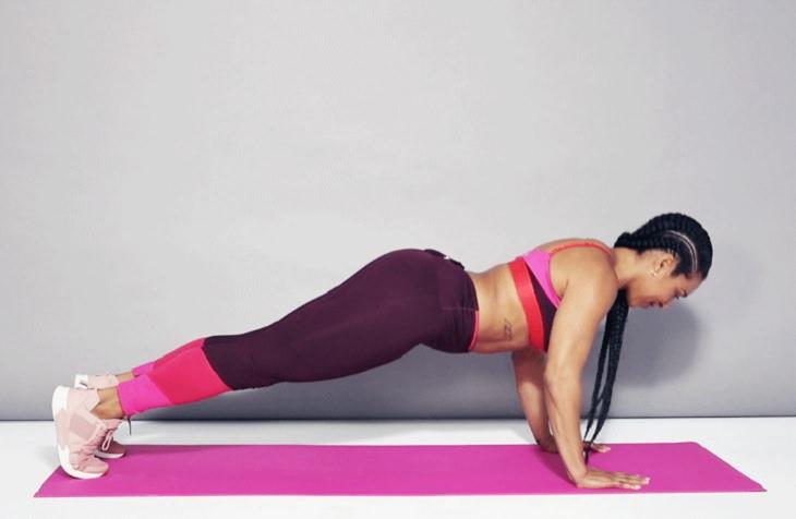 אימון ל לשרירי הליבה והזרועות: שכיבות שמיכה